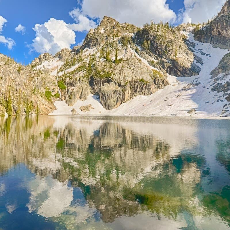 Réflexion de lac creek de traînée, aire de loisirs nationale de dent de scie, identification images stock