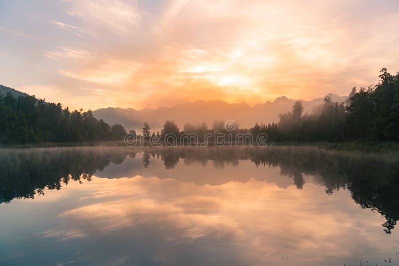 Réflexion de lac de l'eau de Matheson avec le Mt Cuisinier et fond de coucher du soleil photo libre de droits