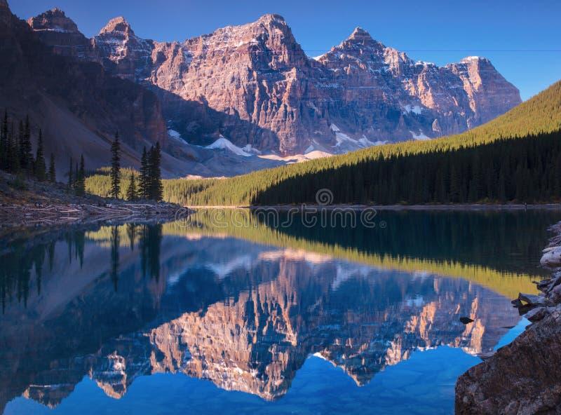 Réflexion de lac Morain photo stock