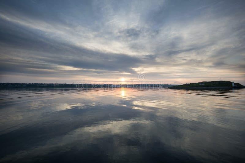 Réflexion de lever de soleil images stock
