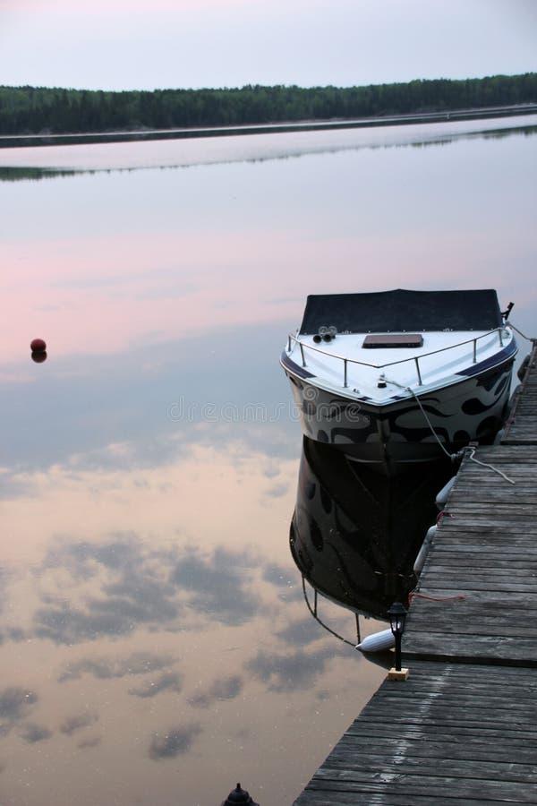Réflexion de lever de soleil de baie d'itinéraire sur l'eau images libres de droits