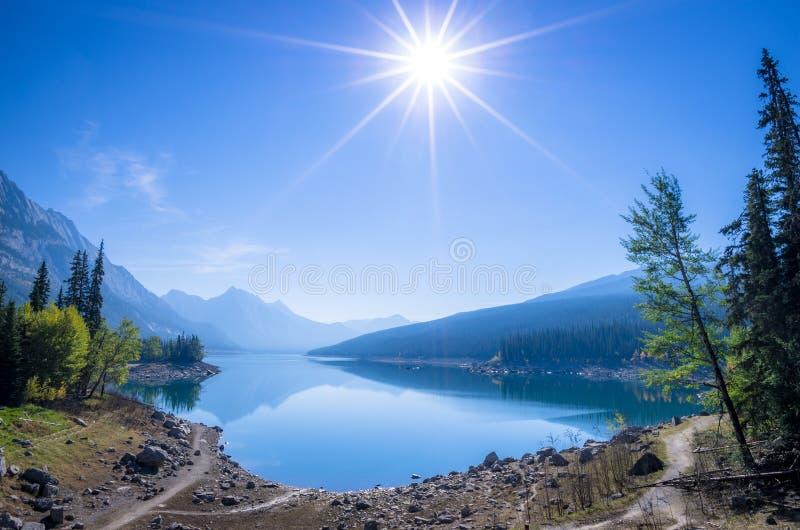 Réflexion de matin de lac medicine images libres de droits
