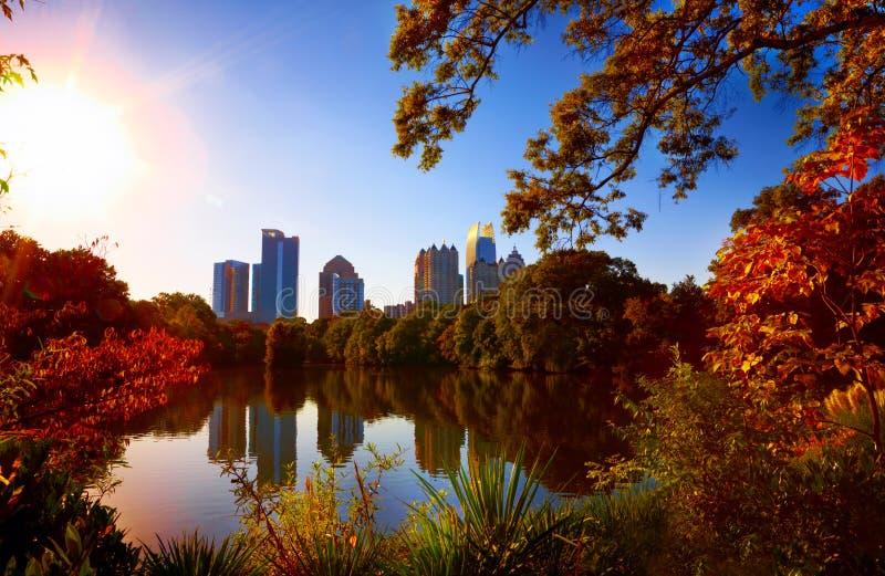 Réflexion de Midtown dans le lac, Atlanta images libres de droits