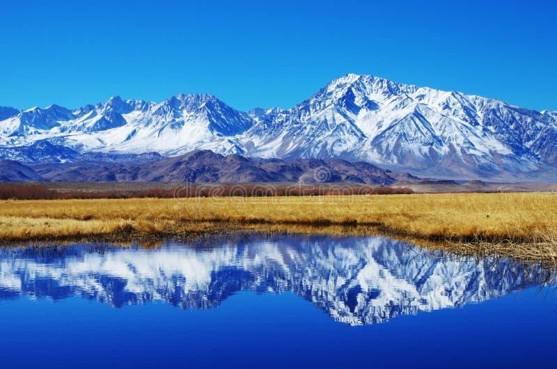 Réflexion de montagne image stock
