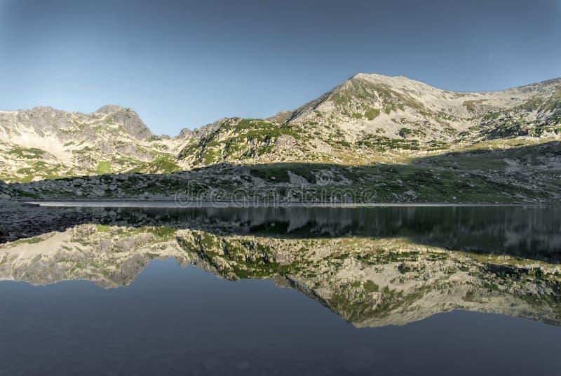 Réflexion de montagne dans un lac alpin énorme photo libre de droits