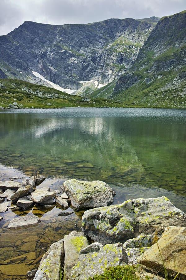 Réflexion de montagne de Rila dans le lac trefoil photo libre de droits