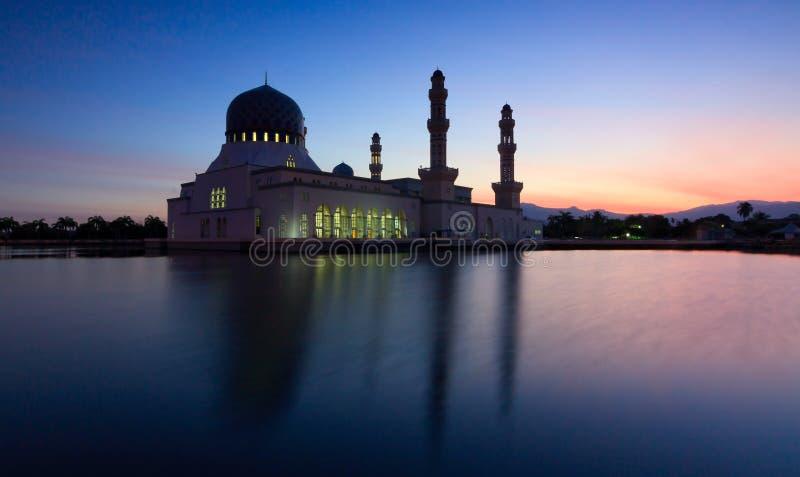 Réflexion de mosquée de Kota Kinabalu à l'heure bleue dans Sabah, Bornéo images libres de droits