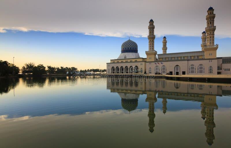 Réflexion de mosquée de Kota Kinabalu image stock