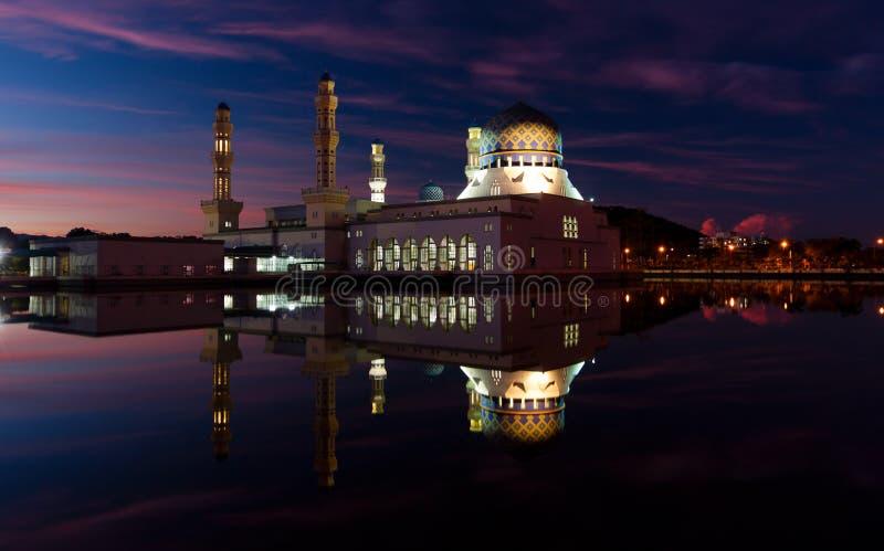 Réflexion de mosquée de ville de Kota Kinabalu à l'aube dans Sabah, Malaisie est image libre de droits