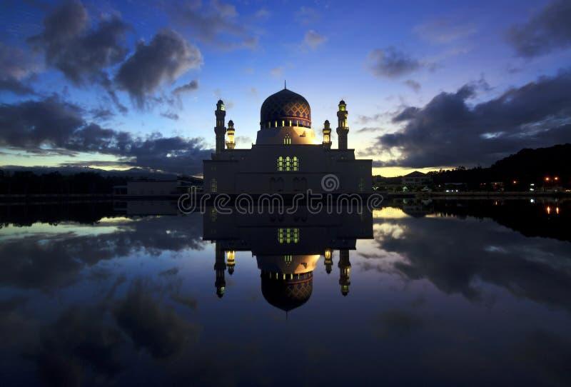 Réflexion de mosquée de ville de Kota Kinabalu chez Sabah, Bornéo images libres de droits