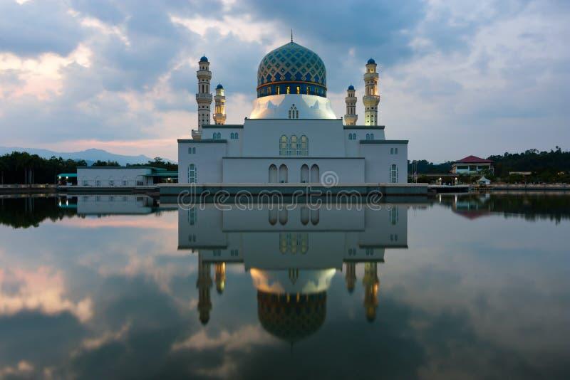 Réflexion de mosquée de ville de Kota Kinabalu dans Sabah, Malaisie est photographie stock libre de droits