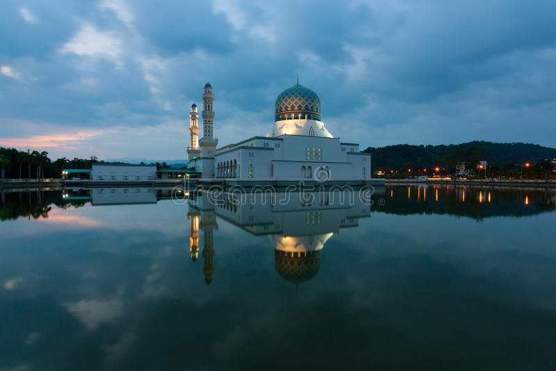 Réflexion de mosquée de ville de Kota Kinabalu dans Sabah, Malaisie est photographie stock
