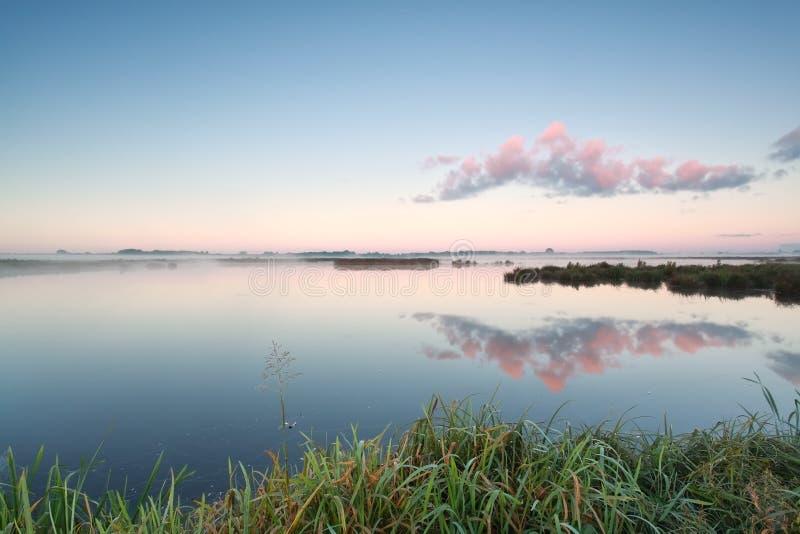Réflexion de nuage dans le lac au lever de soleil photos libres de droits