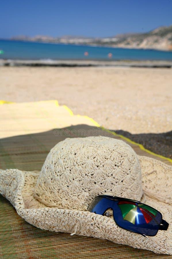 Réflexion de parapluie de lunettes de soleil de chapeau de plage photo stock