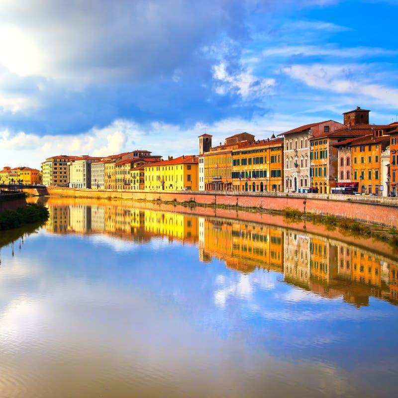 Réflexion de Pise, rivière de l'Arno et de bâtiments Vue de Lungarno tuscan images libres de droits