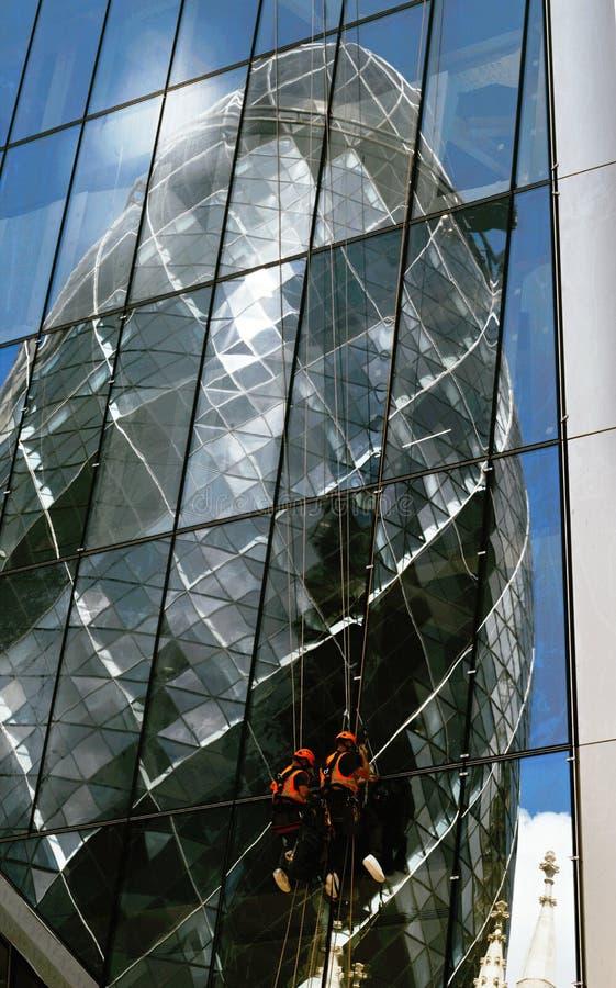 Réflexion de St Mary Axe du bâtiment 30 à Londres photos stock