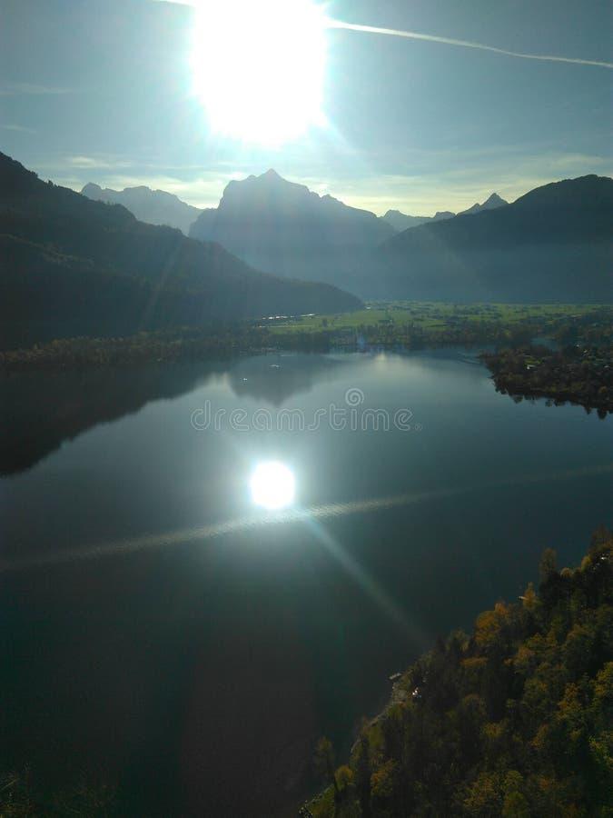 Réflexion de Sun outre de lac mountain image libre de droits
