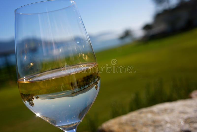 réflexion de terrain de golf d'Océan-side en vin blanc en verre photos libres de droits