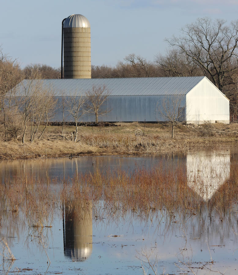 Réflexion de terres cultivables photos stock