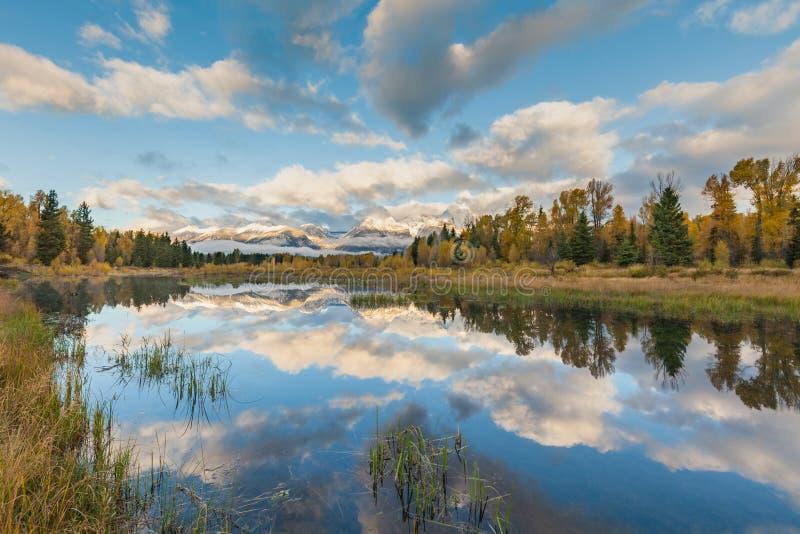 Réflexion de Tetons dans l'automne à l'atterrissage de Schwabacher photos stock