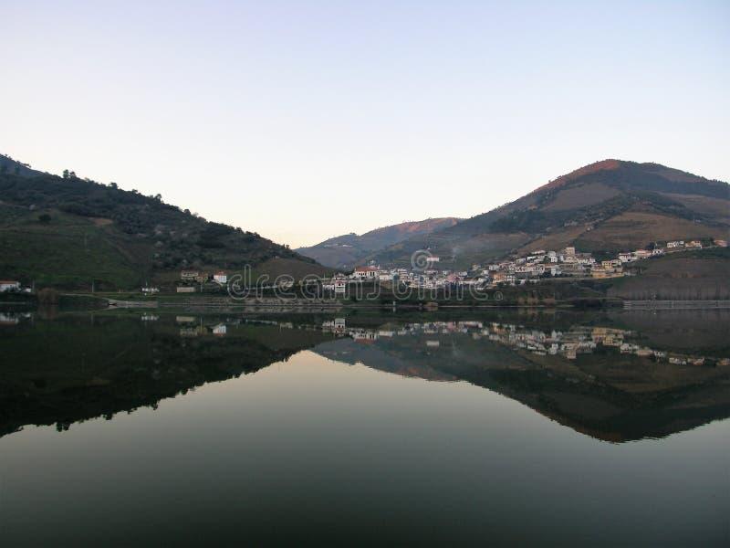 Réflexion de vallée de Douro de pays de vin images libres de droits