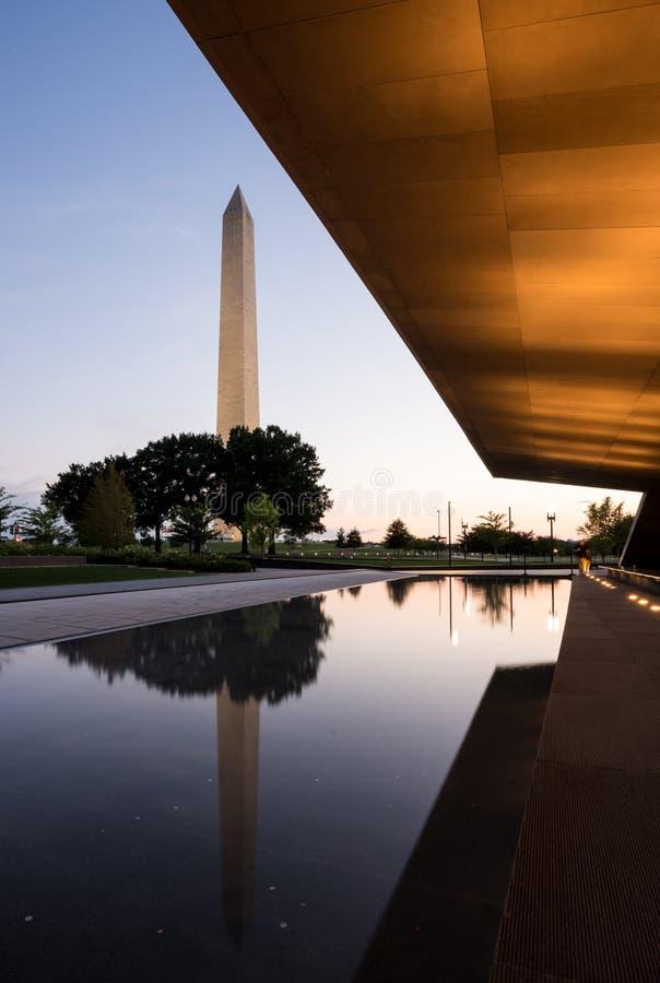Réflexion de Washington dans la piscine se reflétante au coucher du soleil photo libre de droits