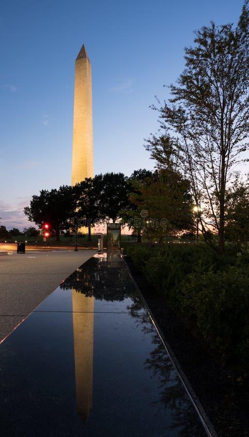 Réflexion de Washington Monument dans le banc images stock