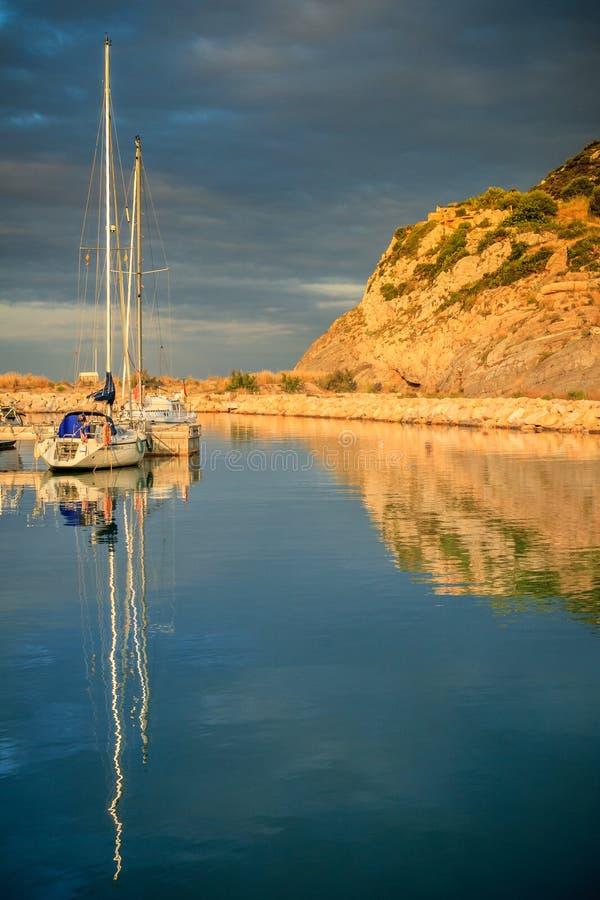Réflexion des bateaux dans la marina image stock