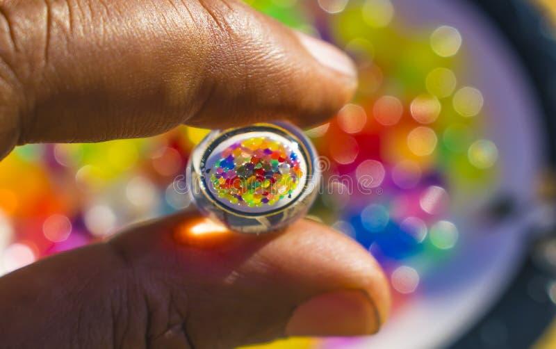 R?flexion des boules de couleur dans la boule hydraulique de gel image libre de droits