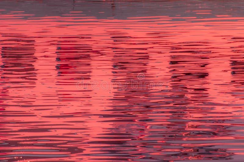 Réflexion des fenêtres dans les eaux du lac photographie stock