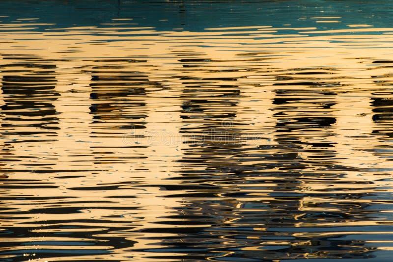 Réflexion des fenêtres dans les eaux du lac images stock