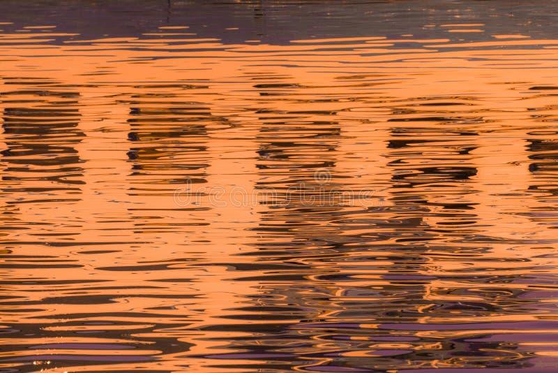 Réflexion des fenêtres dans les eaux du lac photos stock