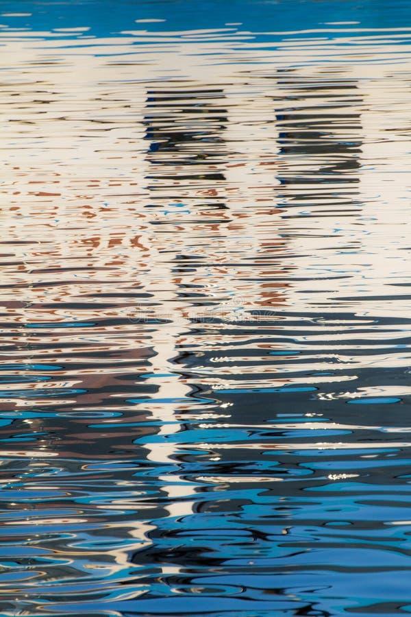 Réflexion des fenêtres dans les eaux du lac photo libre de droits