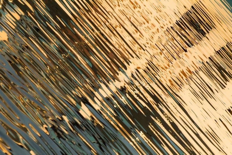 Réflexion des fenêtres dans les eaux du lac photo stock