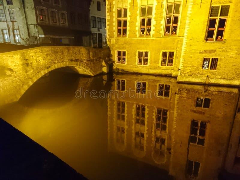 Réflexion des lumières de nuit de la ville en Europe La Belgique Bruges photographie stock libre de droits