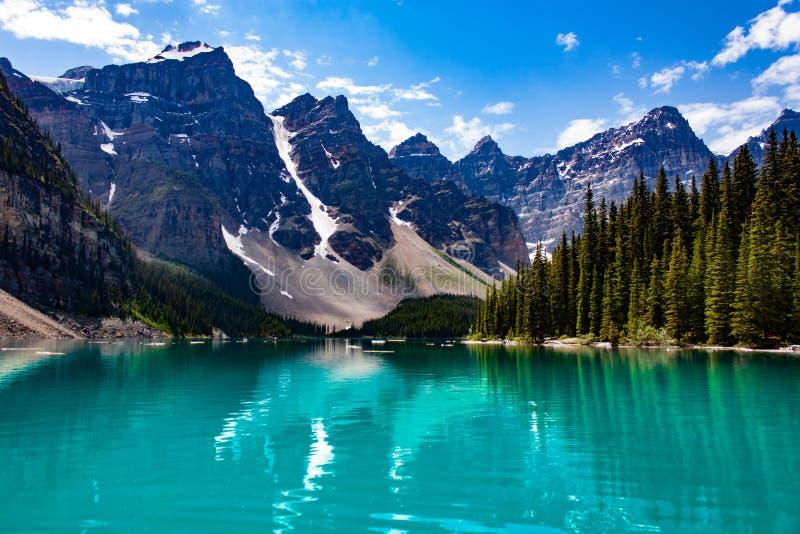 Réflexion des montagnes dans le lac vert photos stock