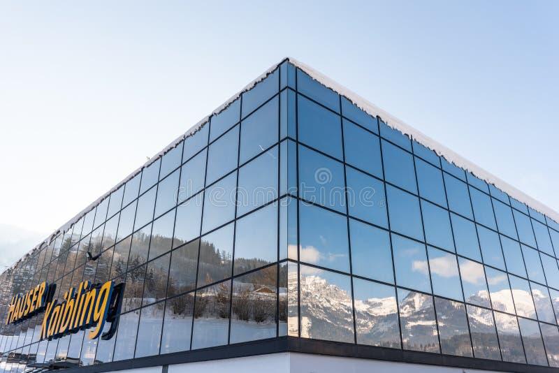 Réflexion des montagnes dans un bâtiment en verre Station Hauser Kaibling un de ski des stations de sports d'hiver supérieures de images stock