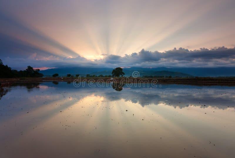 Réflexion des rayons de soleil au lever de soleil photographie stock libre de droits