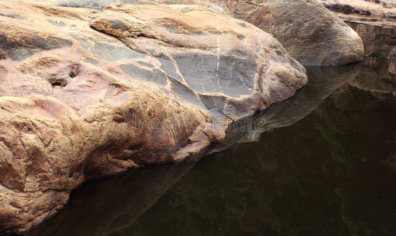 Réflexion des roches de colline photographie stock libre de droits