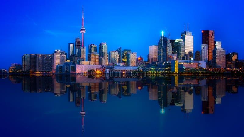 Réflexion du centre d'horizon de Toronto photos stock