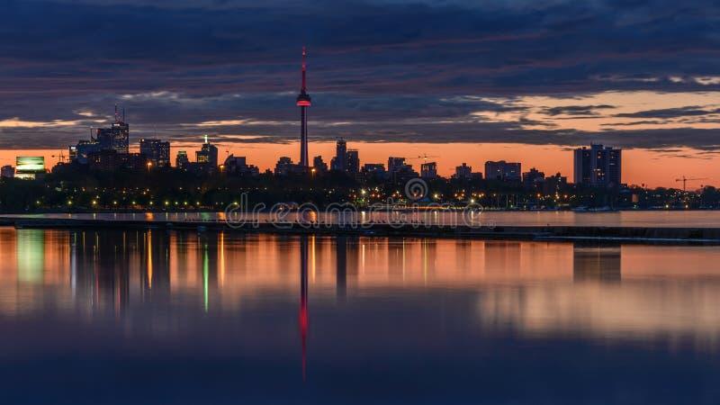 Réflexion du centre d'horizon de Toronto de côté Ouest photo stock