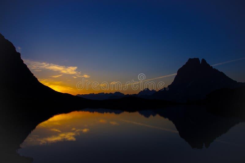 Réflexion du d'Ossau de Pic du Midi au lever de soleil photos stock