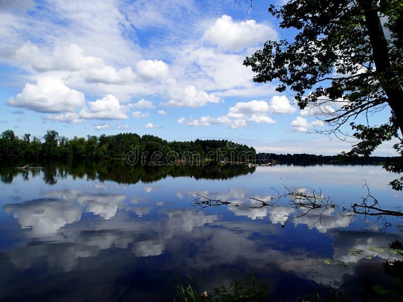 Réflexion du lac du ciel bleu photographie stock
