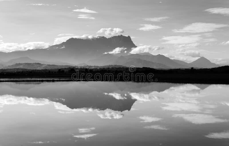 Réflexion du mont Kinabalu en noir et blanc photographie stock