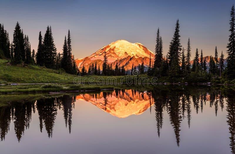 Réflexion du mont Rainier de lac Tipsoo photo stock