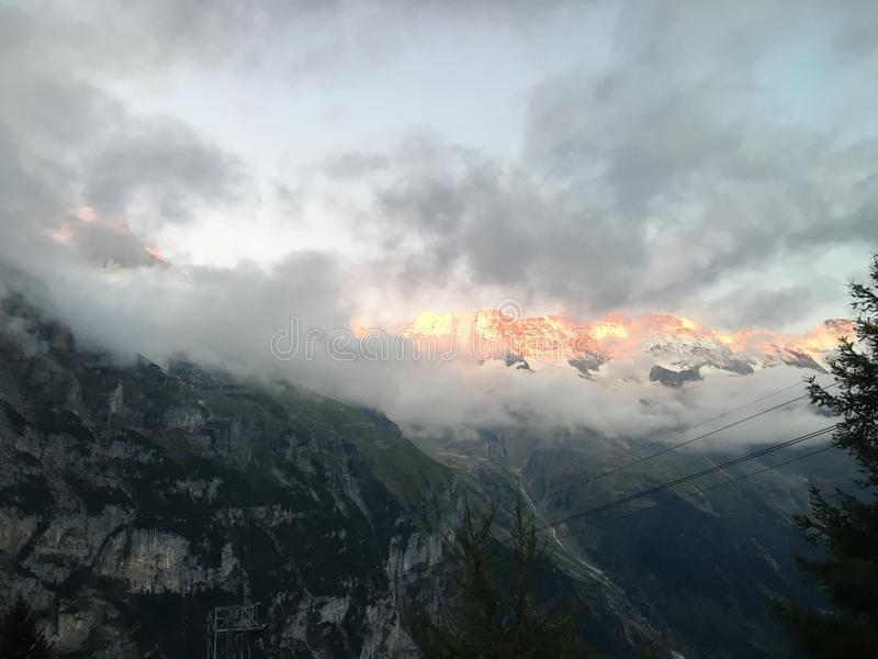 Réflexion du ` s de Sun sur une montagne fumeuse photo stock