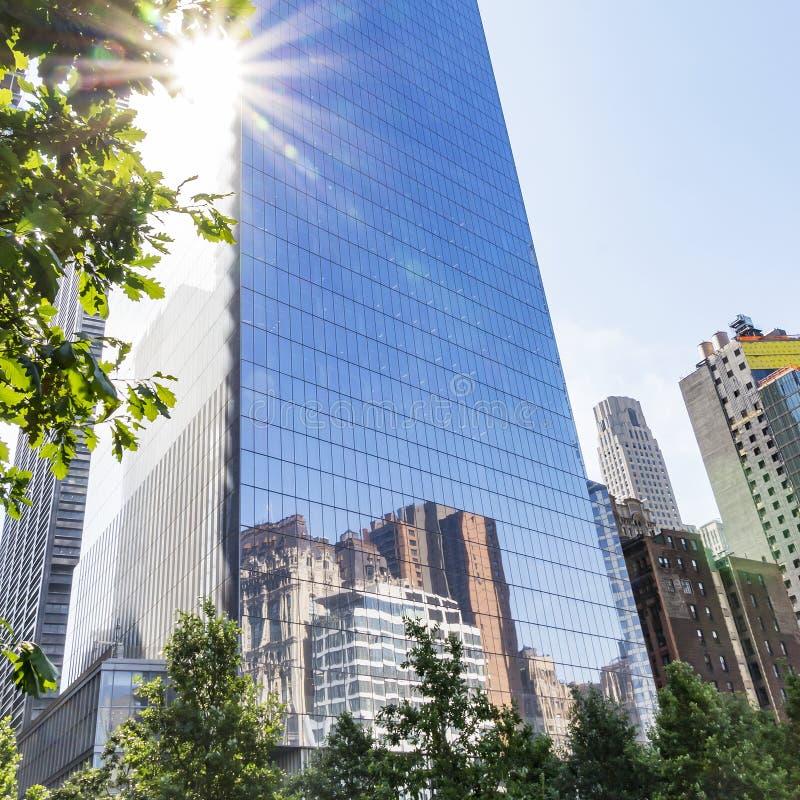 Réflexion du Sun et les gratte-ciel de New York dans Windows de quatre World Trade Center à New York, Etats-Unis photo stock