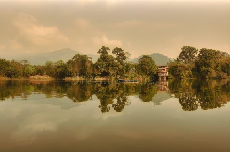 Réflexion en hausse de Sun dans un jour pluvieux au lac Népal Pokhara photographie stock