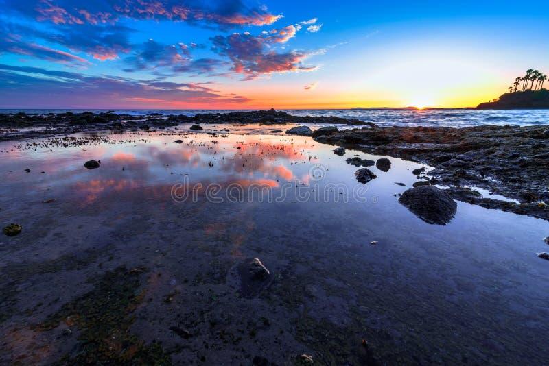 Réflexion et nuages de piscine de marée dans le Laguna Beach, CA photo stock