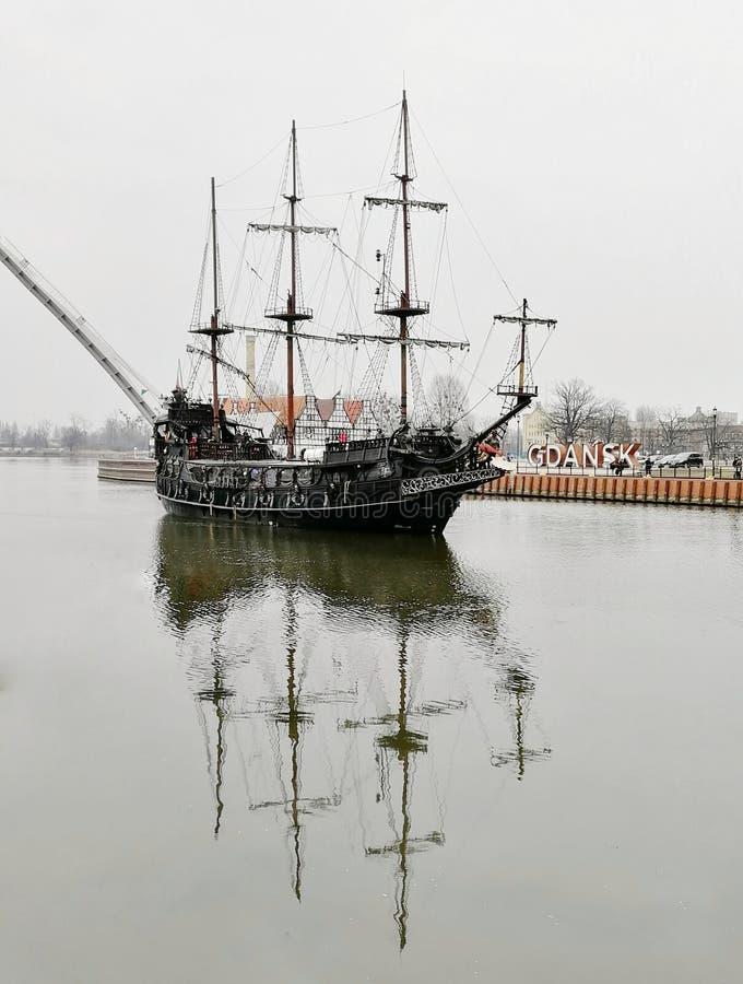 Réflexion noire Danzig Pologne de rivière de bateau image stock